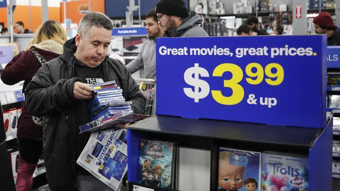 Pelanggan melihat-lihat kaset film ketika berbelanja di toko Best Buy Inc. saat acara penjualan Black Friday di Chicago, Illinois, Kamis (28/11/2019). Selama Black Friday, warga Amerika merayakan tradisi dengan belanja dan berburu diskon-besaran. (Kamil Krzaczynski/Getty Images/AFP)