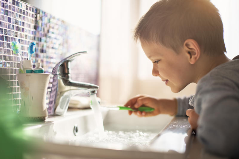 Dentists want teachers to help children with brushing their teeth[Photo: Getty]