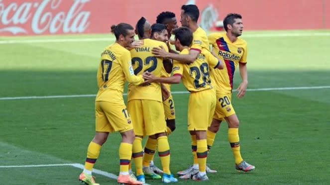 Pemain Barcelona merayakan gol Arturo Vidal ke gawang Valladolid