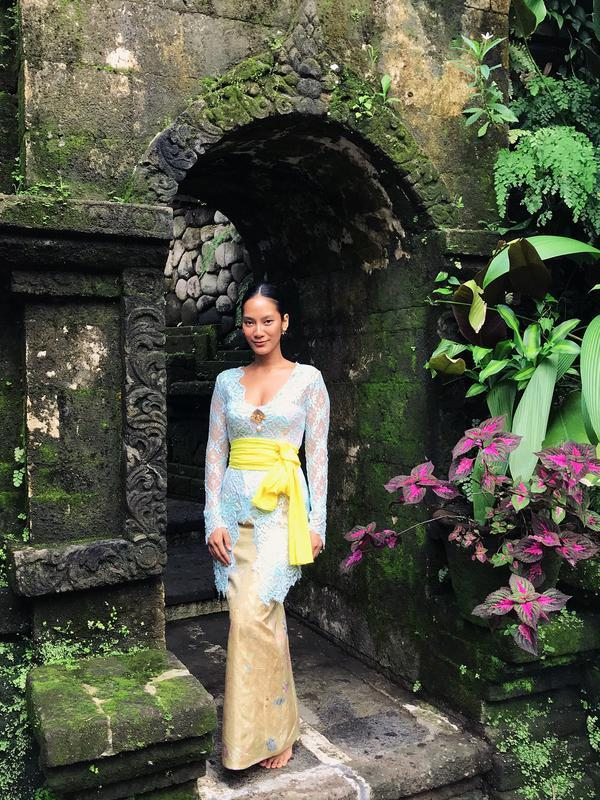 Tara Basro, selalu berhasil menunjukan pesonanya dalam gaya berbusana apapun. Kalau di foto yang satu ini, Tara juga berdandan ala perempuan Bali. Ia memakai kebaya berwarna biru dengan kain dan selendang kuning. Gayanya sangat simple namun tetap memesona. (Instagram/tarabasro)