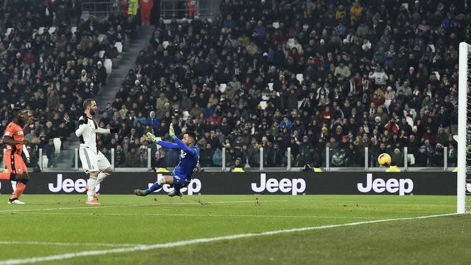 Pemain Juventus Gonzalo Higuain (tengah) mencetak gol ke gawang Udinese pada pertandingan Coppa Italia 2019/2020 di Allianz Stadium, Turin, Italia, Rabu (15/1/2020). Juventus menang 4-0. (Fabio Ferrari/LaPress via AP)