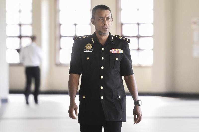 Senior assistant commissioner Rosli Hussain arrives at the Kuala Lumpur High Court August 23, 2019. — Picture by Miera Zulyana