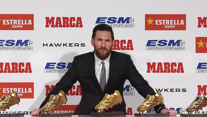 Penyerang Barcelona, Lionel Messi, meraih trofi Sepatu Emas Eropa yang kelima pada Selasa (18/12/2018). (AFP/Lluis Gene)