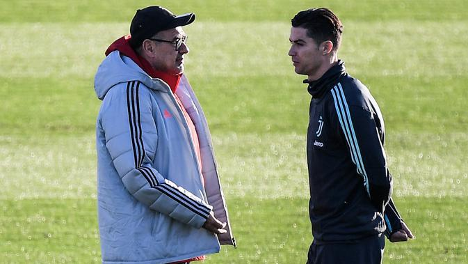 Pelatih Juventus Maurizio Sarri (kiri) berbicara dengan penyerang Cristiano Ronaldo selama sesi latihan di Continassa Training Ground di Turin (25/11/2019). Juventus akan bertanding melawan Atletico Madrid pada Grup D Liga Champions di Allianz Stadium. (AFP/Marco Bertorello)