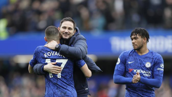 Manajer Chelsea Frank Lampard memeluk pemainnya Mateo Kovacic usai mengalahkan Tottenham Hotspur 2-1 dalam lanjutan Liga Inggris di Stamford Bridge, Sabtu (22/2/2020).(AP Photo/Kirsty Wigglesworth)