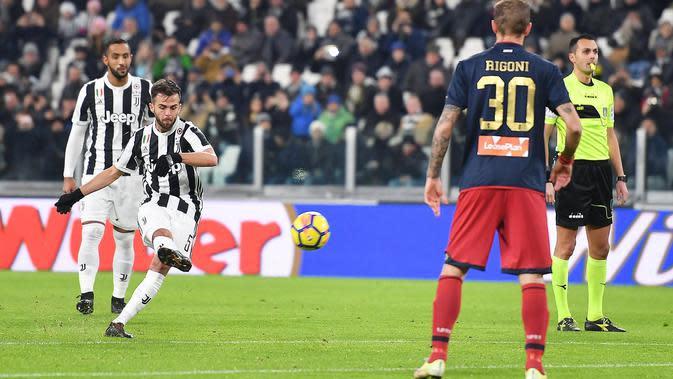 Pemain Juventus, Miralem Pjanic melakukan tendangan saat menjamu Genoa dalam lanjutan pertandingan Serie A di Stadion Allianz, Turin, Senin (22/1). Juventus menang tipis 1-0 berkat gol semata wayang Costa. (Alessandro Di Marco/ANSA via AP)