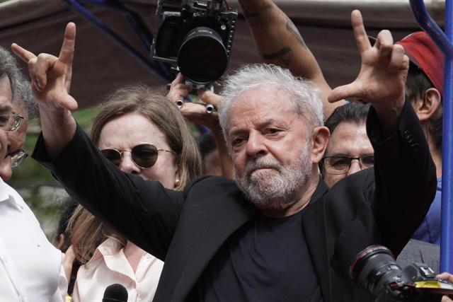 巴西总统路易斯·伊纳西奥·卢拉·达席尔瓦(Luiz Inacio Lula da Silva)于2019年11月9日(星期六)被解职的第二天,在巴西圣贝尔纳多·杜坎普的冶金工人工会总部举行的一次缓解行动中感谢他的追随者。 (美联社照片/ Leo Correa)