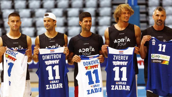 Bintang tenis Novak Djokovic (tengah) berfoto bersama Borna Coric (kiri), Grigor Dimitrov (kedua kiri), Alexander Zverev (kedua kanan), dan Goran Ivanisevic usai pertandingan persahabatan bola basket jelang Adria Tour di Zadar, Kroasia, Kamis (18/6/2020). (Xinhua/Pixsell/Marko Dimic)