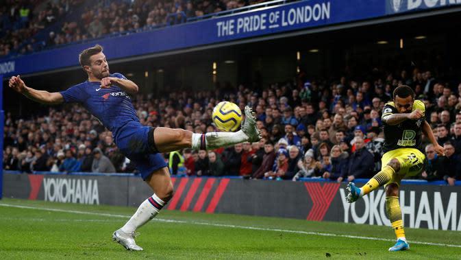Bek Chelsea Cesar Azpilicueta (kiri) mencoba memblok tendangan pemain Southampton Ryan Bertrand (kanan) pada pertandingan Liga Inggris di Stamford Bridge, London, Kamis (26/12/2019). Southampton mengalahkan Chelsea 2-0. (Adrian DENNIS/AFP)