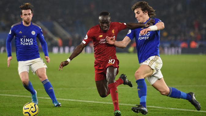 Gelandang Liverpool, Sadio Mane, berusaha melewati bek Leicester, Ben Chilwell, pada laga Premier Laegue di Stadion King Power, Leicester, Kamis (26/12). Leicester kalah 0-4 dari Liverpool. (AFP/Oli Scarff)