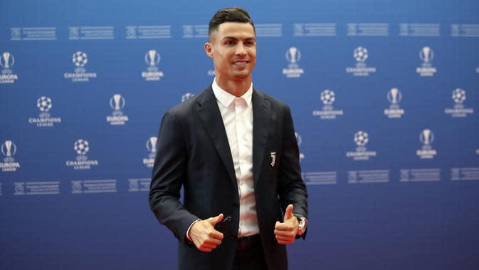Penyerang Juventus, Cristiano Ronaldo berpose saat menghadiri acara undian penyisihan grup Liga Champions UEFA dan pemain terbaik Eropa di Forum Grimaldi, Monaco (29/8/2019). Ronaldo gagal meraih dua nomine untuk posisi penyerang dan UEFA Men's Player of The Year 2019. (AP Photo/Daniel Cole)