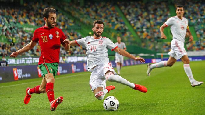 Penyerang Portugal, Bernardo Silva, berusaha melewati pemain Spanyol, Gaya, pada laga uji coba di Stadion Jose Alvalede, Kamis (8/10/2020). Kedua tim bermain imbang 0-0. (AP Photo/Armando Franca)