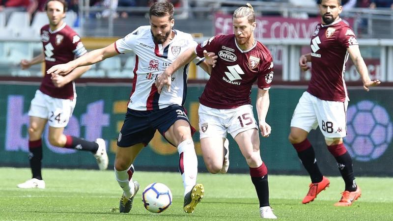 Cagliari's Leonardo Pavoletti (L) levelled against Torino with a header in the second half
