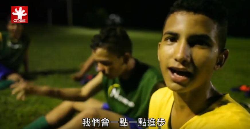巴西流浪兒出賽街童世界盃!踢足球改變人生