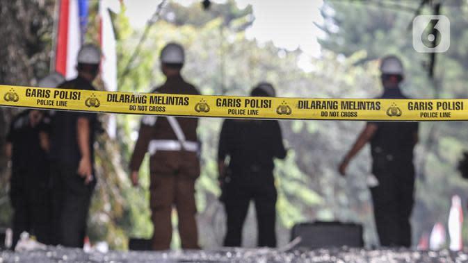 Garis polisi terpasang saat tim Laboratorium Forensik (Labfor) dan Inafis melakukan olah tempat kejadian perkara (TKP) kebakaran Gedung Kejaksaan Agung, Jakarta, Senin (24/8/2020). Puslabfor Mabes Polri memeriksa seluruh penyebab kebakaran Gedung Kejaksaan Agung. (Liputan6.com/Johan Tallo)