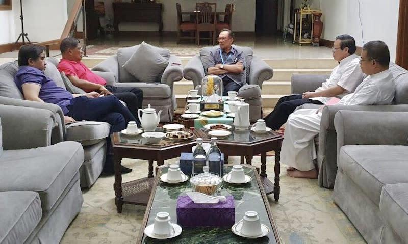 Datuk Seri Anwar Ibrahim in a meeting with other Pakatan Harapan leaders June 4, 2020. — Picture via Twitter/Pakatan Harapan