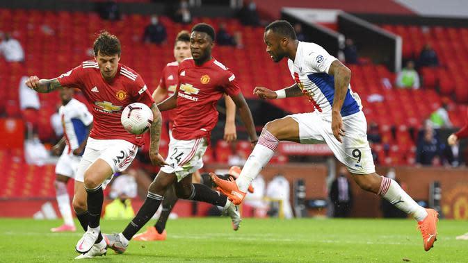 Pemain Crystal Palace, Jordan Ayew, berebut bola dengan pemain Manchester United, Victor Lindelof, pada laga Premier League di Stadion Old Trafford, Sabtu (19/9/2020). Setan Merah takluk dengan skor 1-3. (Shaun Botterill/Pool via AP)