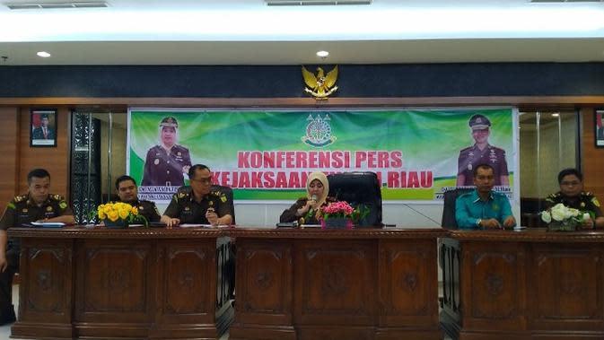 Kepala Kejati Riau Mia Amiati bersama jajaran dalam konferensi pers penanganan korupsi video wall di Pekanbaru. (Liputan6.com/M Syukur)