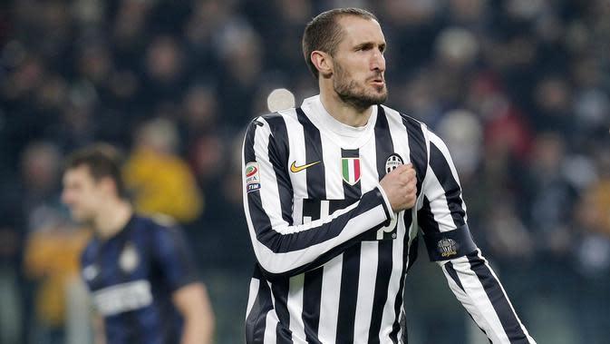 1. Giorgio Chiellini - Bek tangguh ini tak tergantikan di lini pertahanan Juventus. Di luar sepakbola ternyata pria 33 tahun itu adalah lulusan terbaik di bidang studi Bisnis Ekonomi Universitas Manajemen dan Ekonomi Turin. (AFP/Marco Bertorello)