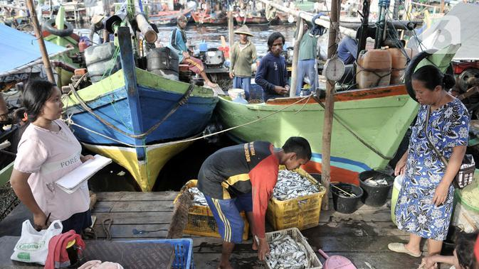 Aktivitas keluarga nelayan di kawasan pesisir Cilincing, Jakarta, Senin (1/6/2020). Pemerintah menyiapkan bantuan untuk 1,1 juta nelayan terdampak Covid-19 melalui program Bantuan Langsung Tunai (BLT) sebesar Rp600 ribu per kepala keluarga tiap bulannya. (merdeka.com/Iqbal S. Nugroho)