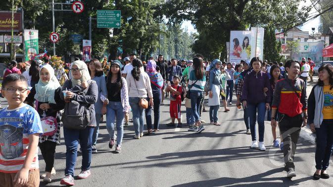 Sejumlah warga mengikuti Hari Bebas Kendaraan (Car Free Day) di sepanjang Jalan Dago, Bandung, Minggu (26/4/2015). (Liputan6.com/Herman Zakharia)