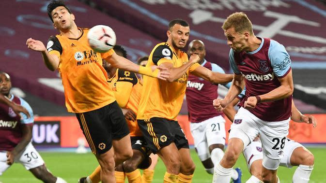Gelandang West Ham, Tomas Soucek (kanan) mencetak gol ketiga untuk timnya ke gawang Wolverhampton Wanderers dalam lanjutan Liga Inggris di London Stadium, Minggu (27/9/2020). West Ham United menang dengan skor telak 4–0 atas tamunya Wolverhampton Wanderers. (Andy Rain/Pool via AP)