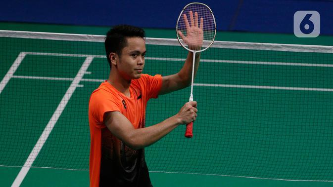 Tunggal putra Indonesia, Anthony Ginting menyapa penonton usai melawan Soong Joo Ven pada final beregu SEA Games 2019 di Multinlupa Sport Center, Filipina, Rabu (4/12/2019). Ginting menang 13-21, 21-15, dan 21-18. (Bola.com/M Iqbal Ichsan)