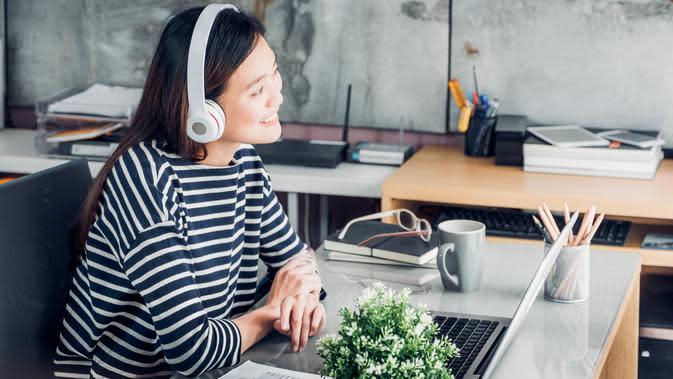ilustrasi mendengar musik/copyright by Shutterstock