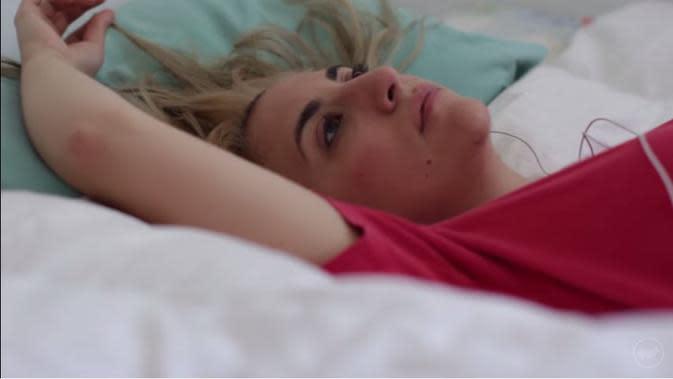 Bangun tidur, melamun dulu di kasur sambil mainin rambut. (Via: youtube.com)