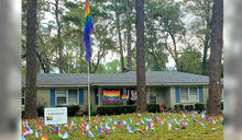 住家懸掛彩虹旗遭鄰居抗議「不舒服」 屋主用這招反擊回應