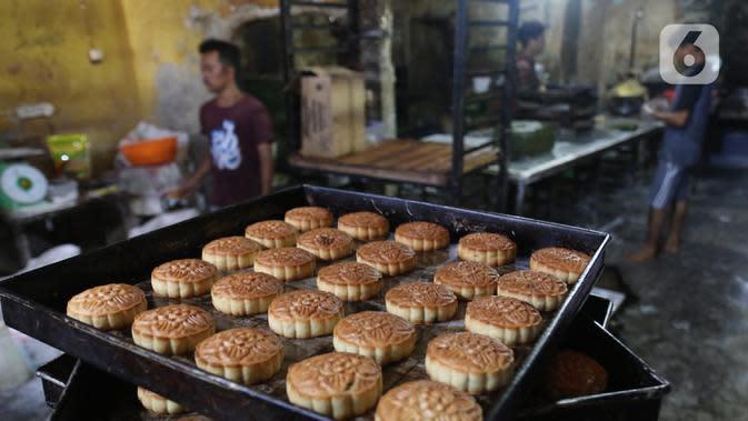 Pekerja menyelesaikan pembuatan kue kering di Jakarta, Rabu (30/9/2020). Kemenkop UKM menyatakan realisasi penyaluran bantuan presiden (Banpres) produktif untuk UMKM senilai 2,4 juta/UKM hingga 21 September 2020 mencapai 5.909.647 usaha mikro atau sekitar 64,50 persen. (Liputan6.com/Angga Yuniar)
