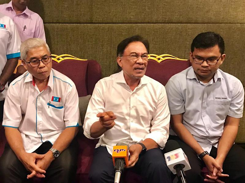 PKR president Datuk Seri Anwar Ibrahim (centre) said the party's Johor leadership will give its support to the state's newly-minted mentri besar Dr Sahruddin Jamal in Johor Baru April 20, 2019. — Picture by Ben Tan