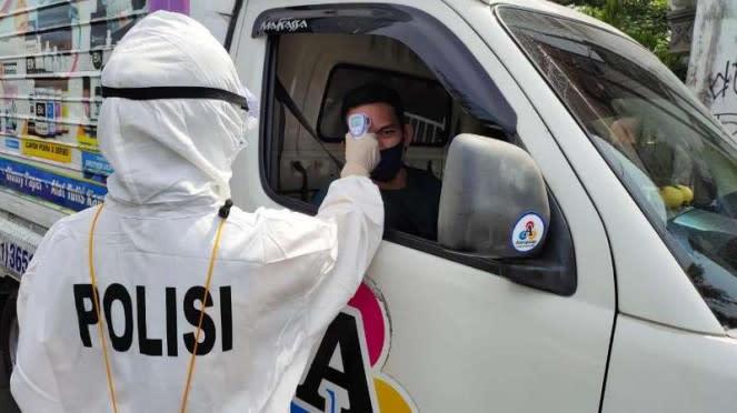 Petugas Polres Gowa memeriksa suhu badan pengendara di masa PSBB pandemi virus corona.