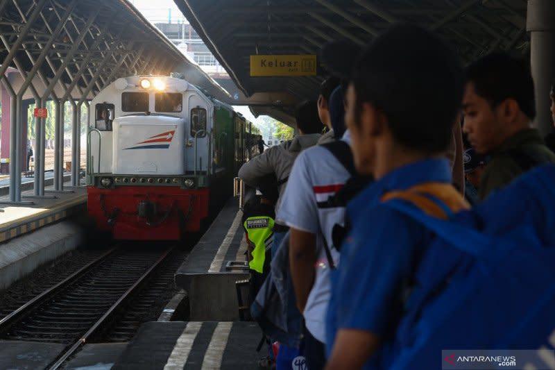 Daop Surabaya turunkan daya angkut penumpang kereta api