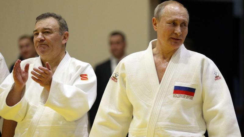 Arkady Rotenberg dan Vladimir Putin pakai baju judo di Sochi, Februari 2019.