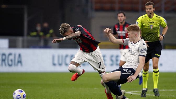 Pemain AC Milan Samu Castillejo (kiri) berebut bola dengan pemain Bologna Jerdy Schouten pada pertandingan Serie A di Stadion San Siro, Milan, Italia, Senin (21/9/2020). AC Milan menaklukkan Bologna 2-0. (AP Photo/Antonio Calanni)