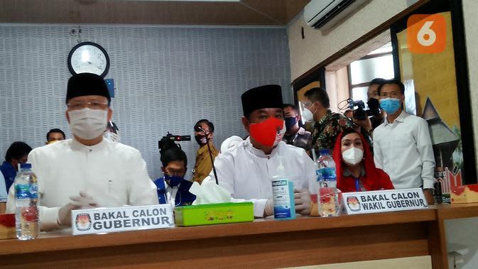 Pasangan Rohidin Mersyah-Rosjonsyah Syahili menjadi pendaftar kedua yang memasukkan berkas pencalonan ke KPU Bengkulu. (Liputan6.com/Yuliardi Hardjo)