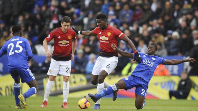 Gelandang Manchester United, Paul Pogba, berebut bola dengan pemain Leicester City, Nampalys Mendy, pada laga Premier League di Stadion King Power, Minggu (3/2). Manchester United menang 1-0 atas Leicester City. (AP/Rui Vieira)