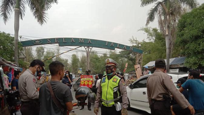 Pengendara yang tidak memakai masker terjaring operasi yustisi di Bekasi. (Liputan6.com/Bam Sinulingga)