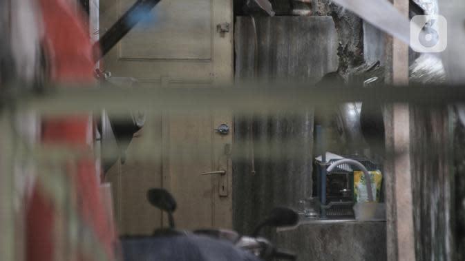 Kondisi bagian dalam sebuah rumah yang dijadikan klinik aborsi ilegal seusai penyegelan oleh polisi di Jalan Paseban Raya, Jakarta, Minggu (16/2/2020). Dari hasil praktik aborsi ilegal itu, tiga pelaku yang ditangkap telah meraup untung sekitar hampir Rp 5,5 miliar. (merdeka.com/Iqbal S Nugroho)
