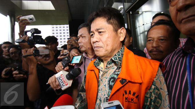 Anggota Komisi V DPR dari fraksi PKB Musa Zainuddin memberi keterangan kepada awak media usai menjalani pemeriksaan di Gedung KPK, Jakarta, Kamis (23/2). Musa menjalani pemeriksaan perdana sebagai tersangka. (Liputan6.com/Helmi Afandi)