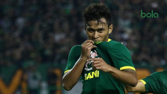 Pemain Persebaya, Osvaldo Haay, setelah mencetak gol ke gawang Persis di Stadion Gelora Bung Tomo, Surabaya (11/1/2020). (Bola.com/Aditya Wany)