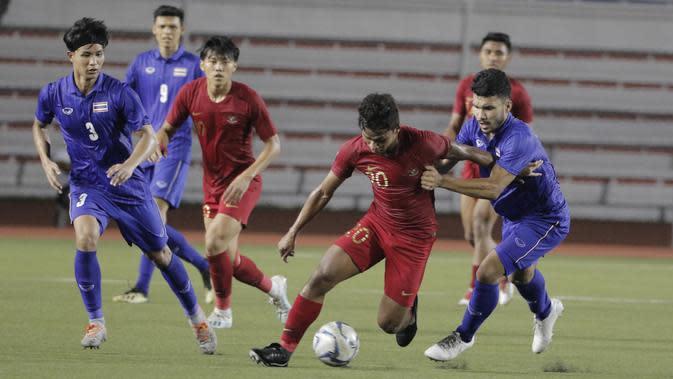 Gelandang Timnas Indonesia U-22, Osvaldo Haay, berusaha merebut bola saat melawan Thailand pada laga SEA Games 2019 di Stadion Rizal Memorial, Manila, Selasa (26/11). Indonesia menang 2-0 atas Thailand. (Bola.com/M Iqbal Ichsan)