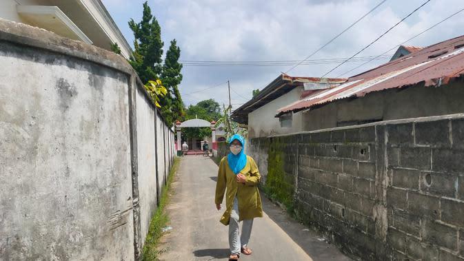 Salah satu warga RT 04 Kelurahan 2 Ilir Palembang terpaksa memutar jalan, karena lorong di dekat rumahnya ditutup usai salah satu warga terpapar Covid-19 (Liputan6.com / Nefri Inge)