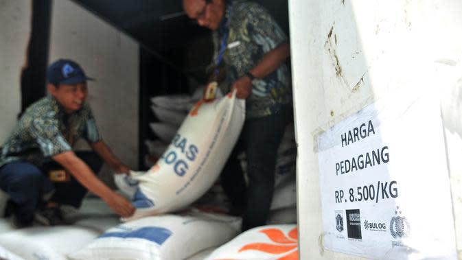 Petugas menurunkan beras jenis medium saat Operasi Pasar Beras di Pasar Induk Beras Cipinang, Jakarta, Kamis (22/11). Perum Bulog dan PT Food Station hari ini menggelar operasi pasar beras medium seharga Rp 8.500 per kg. (Merdeka.com/Iqbal S. Nugroho)