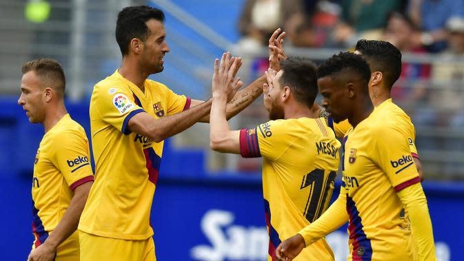 Striker Barcelona, Lionel Messi, melakukan selebrasi usai membobol gawang Eibar pada laga La Liga 2019 di Stadion Ipurua, Sabtu (19/10). Barcelona menang 3-0 atas Eibar. (AP/Alvaro Barrientos)