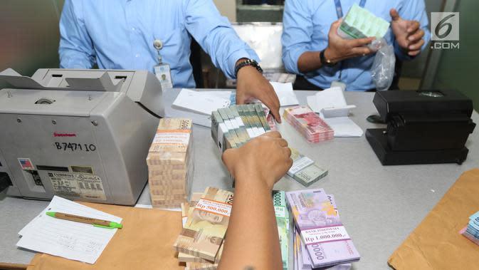 Penukaran uang receh untuk lebaran 2017 yang diadakan di gedung SCTV Tower, Jakarta, Rabu (14/6). (Liputan6.com/Fatkhur Rozaq)