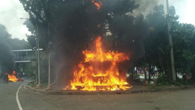 Pos polisi di Monas, depan Patung Kuda, Medan Merdeka Barat, Jakarta, dibakar demonstran tolak Omnibus Law, Kamis (8/10/2020). (Merdeka.com/Arie Basuki)
