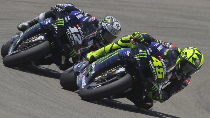 Pembalap Monster Yamaha, Valentino Rossi, saat beraksi pada MotoGP Andalusia di Sirkuit Jerez, Minggu (26/7/2020). Fabio Quartararo berhasil finis pertama dengan catatan waktu 41 menit 22,666 detik. (AP Photo/David Clares)