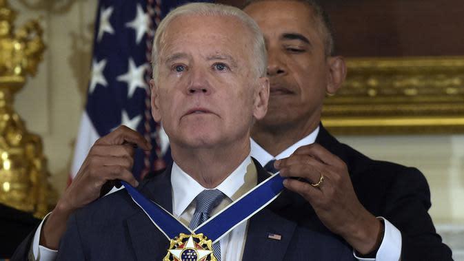 Joe Biden saat menerima penghargaan Presidential Medal of Freedom. (AP)